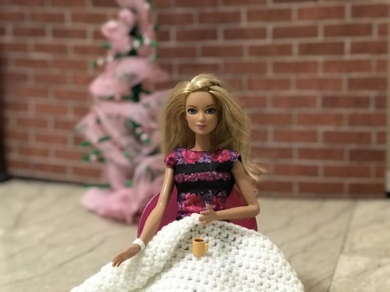 Barbie beve una tazza di caffèjpg